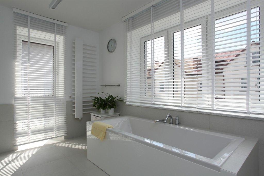 Raamdecoratie In Badkamer : Shutters en houten jaloezieën in je badkamer shutterkoning