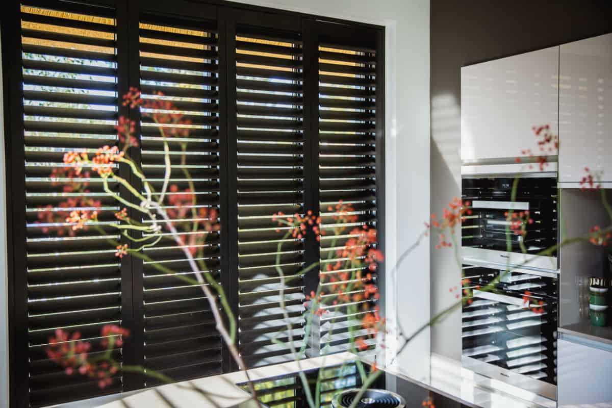 Zwarte shutters in keuken