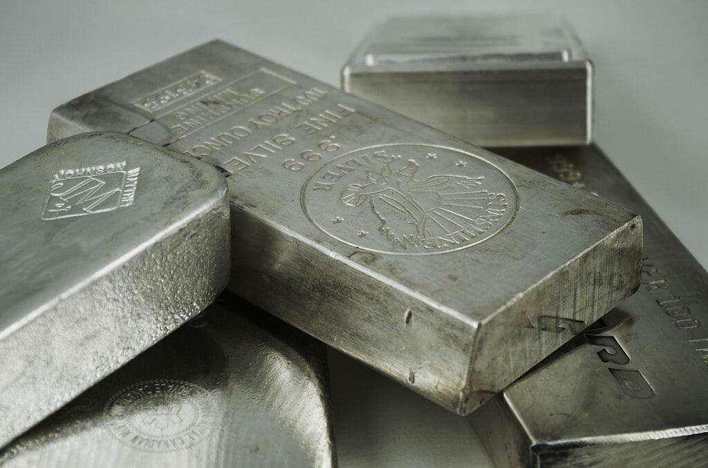 Perak batangan sebagaimana emas batangan, menjadi salah satu cara yang efektif untuk simpanan jangka panjang. Tapi, jangan terburu-buru.