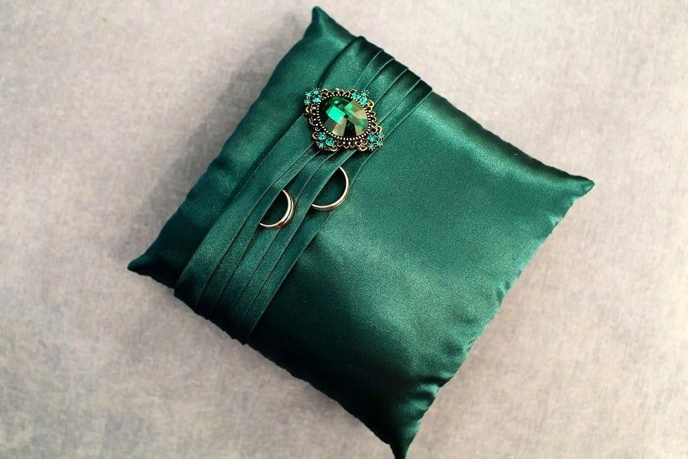 2 Rings on a green pillow