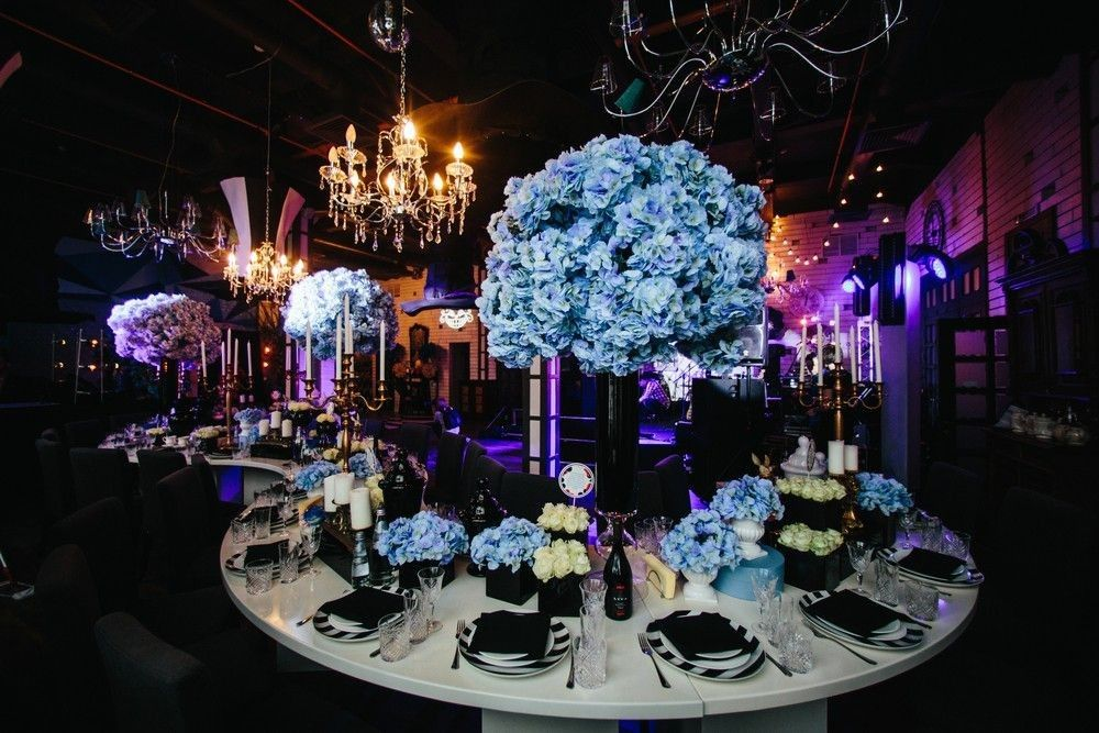 Guest table with a beautiful flower arrangement