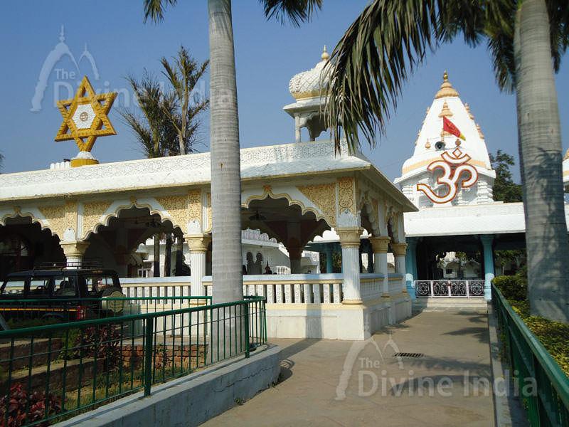 Om Symbol, Chattarpur Temple