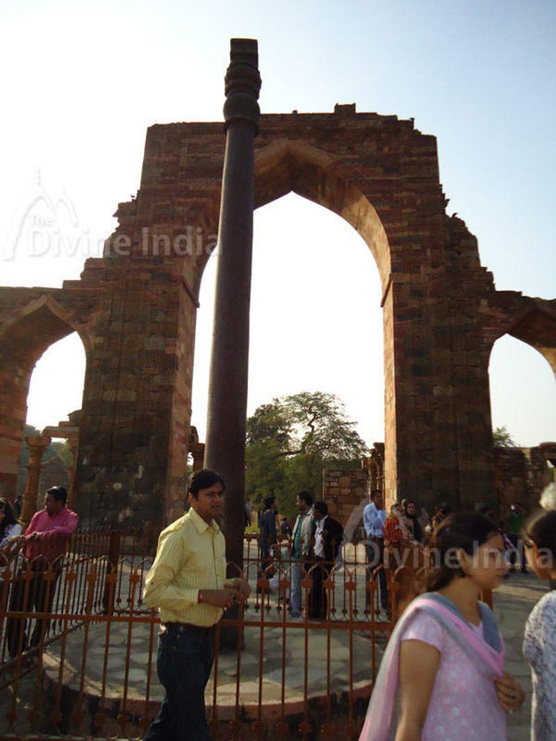 Iron Pillar, Qutub Minar