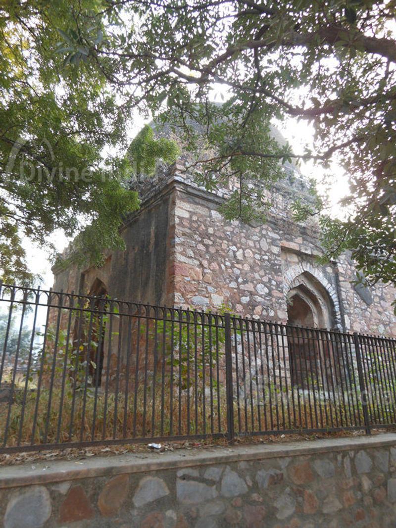 tomb belongs to the Lodi period