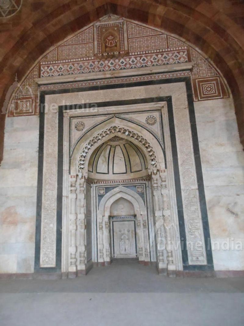 Mihrab with Kalash pattern and inlay pattern decoration, Purana Qila
