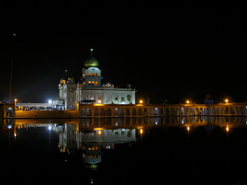 Night view of Gurdwara Bangla Sahib and the Sarovar