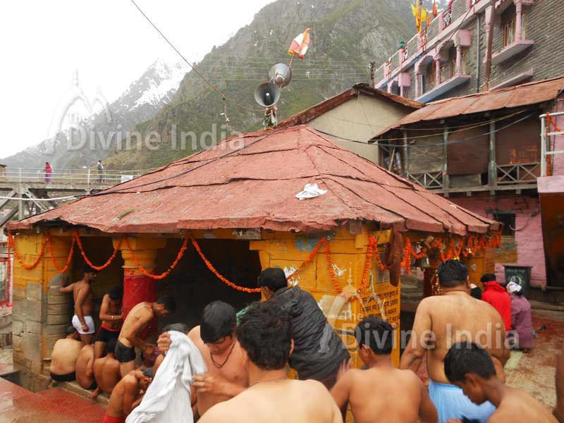 Devotee bath at tapt kund badrinath temple
