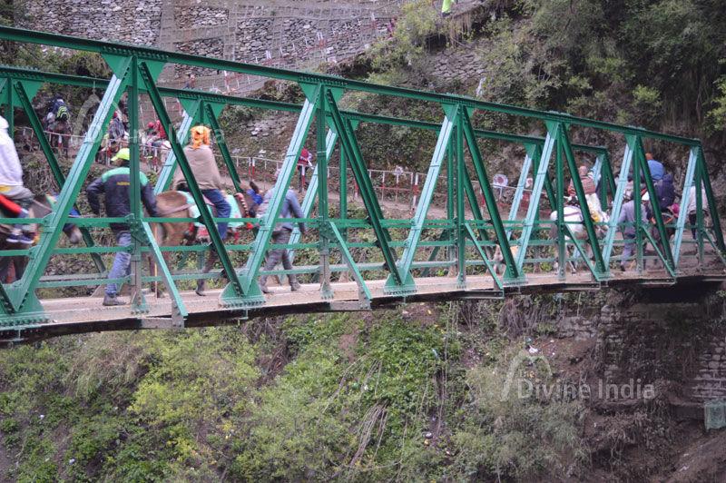 Devotee Cross the Bridge at Journery of Yamunotri Dham
