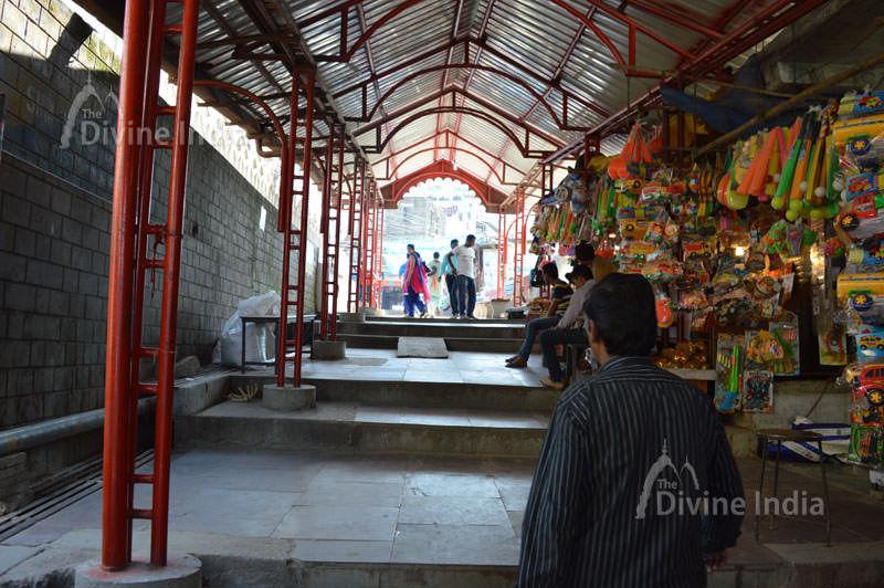 Market way at naina devi temple