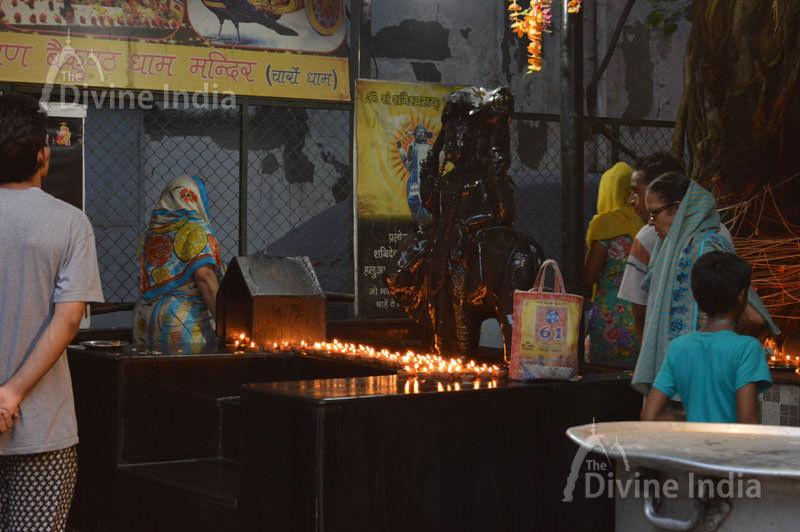 Devotees are praying to Shri Shani Dev Ji at Shri Laxmi Narayan baikunth dham Mandir