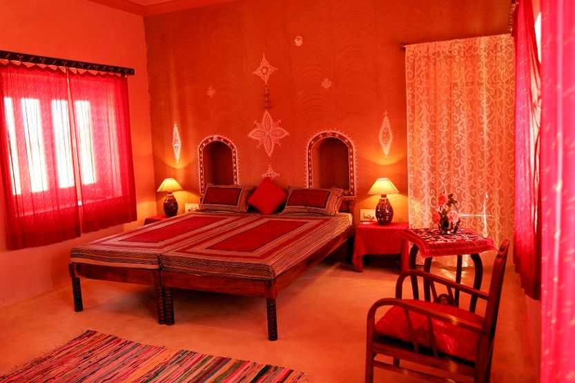 Nicely decorated red theme room in Korta escape.jpg