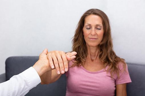 Beragam Manfaat Hipnoterapi Bagi Kesehatan dan Psikologis, Wajib Diketahui