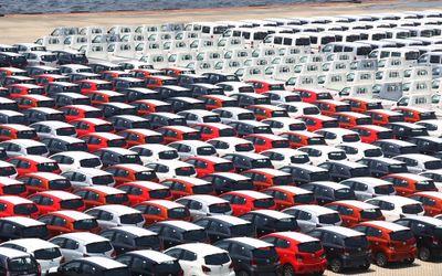 Deretan mobil yang akan di ekspor di Site PT Indonesia Kendaraan Terminal, Sindang Laut, Kali Baru, ...