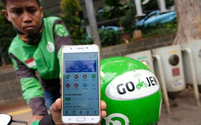 Driver Ojek Online menunjukkan menu GoRide yang tidak tersedia di Aplikasi Gojek, Jakarta, Jumat (10...