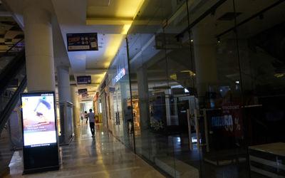 Warga melintas di antara tenant yang tutup di area salah satu pusat perbelanjaan di kawasan Pejaten,...