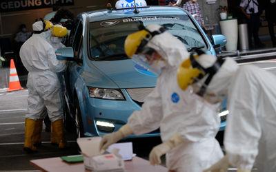 Ilustrasi: Petugas medis melakukan ujicoba cepat (rapid test) Drive Thru kepada pengemudi taksi di h...