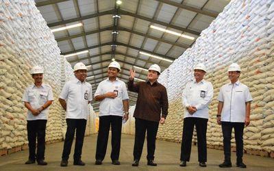 Menteri Bumn Erick Thohir sedang Memastikan Stok Beras Bulog / Bulog.co.id\n