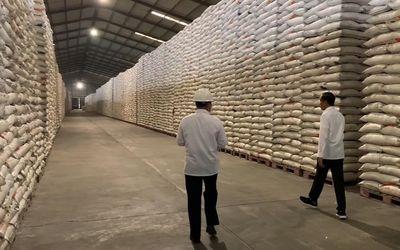 Presiden Joko Widodo saat melakukan pengecekan gudang beras dan gula di Perum Bulog beberapa waktu l...