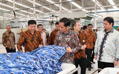 Presiden Jokowi saat meninjau pabrik PT Sri Rejeki Isman Tbk di Kabupaten Sukoharjo, Provinsi Jawa Tengah, Jumat (21/4).  / BPMI Setpres/Laily\n