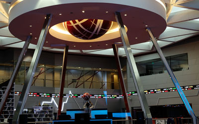 Awak media mengambil gambar monitor pergerakan Indeks Harga Saham Gabungan (IHSG) di Bursa Efek Indo...