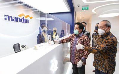 Wakil Direktur Utama Bank Mandiri Hery Gunardi saat mencoba fasilitas serba digital di Kantor Cabang...
