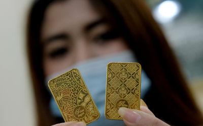 Karyawan menunjukkan logam mulia di Butik Emas Antam, Jakarta, Kamis, 23 Juli 2020. Harga emas batan...