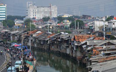 Suasana pemukiman kumuh padat penduduk di bantaran Kali Tanjung Selor, Cideng, Jakarta, Senin, 20 Ju...