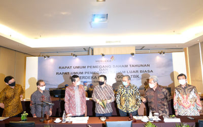 Presiden Direktur PT Merdeka Copper Gold Tbk (MDKA) Tri Boewono (ketiga kiri) bersama dengan Komisar...