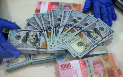 Karyawan menunjukkan uang Dolar Amerika Serikat (AS) di salah satu Bank BUMN di Jakarta, Selasa 2 Ju...