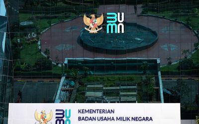Tampak logo baru Kementerian Badan Usaha Milik Negara (BUMN) di Gedung Kementerian BUMN, Jakarta, Se...