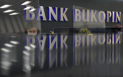 Tampak karyawan sedang melayani nasabah di Kantor Pusat Bank Bukopin di Jalan MT Haryono, Pancoran, ...