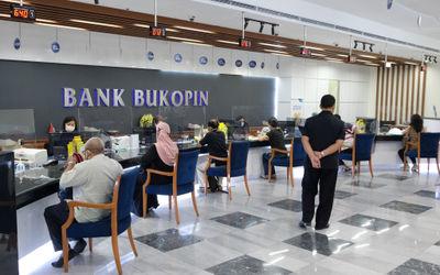 Suasana pelayanan nasabah di Kantor Pusat Bank Bukopin di Jalan MT Haryono, Pancoran, Jakarta, Jumat...