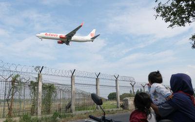 Maskapai penerbangan komersil Lion Air bersiap mendarat di Bandara Soekarno Hatta, Tangerang, Banten...
