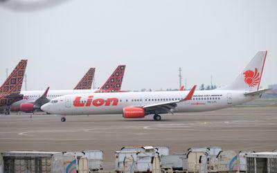 Maskapai penerbangan komersil Lion Air saat mendarat di Bandara Soekarno Hatta, Tangerang, Banten, J...