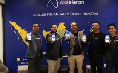 Ivan Nikolas Tambunan, CEO & Co-Founder Akseleran (tengah) bersama manajemen menampilkan aplika...