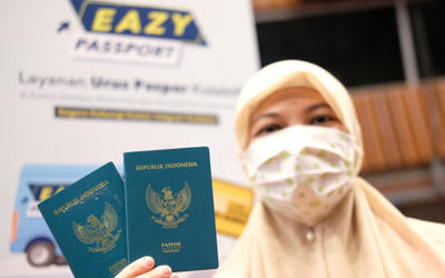 Anggota DPR menunjukkan paspor di komplek Parlemen, Senayan, Jakarta, Selasa, 25 Agustus 2020. Pelay...