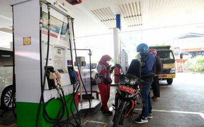 Warga melakukan pengisian bahan bakar kendaraan di Stasiun Pengisian Bahan Bakar Umum (SPBU), di kaw...