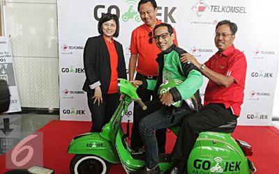 Direktur Sales Telkomsel Mas'ud Khamid (paling tengah), Presiden Direktur Tiphone Mobile Indon...