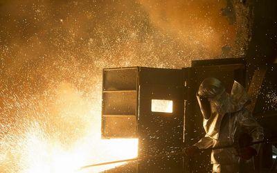 Proses pemurnian emas di smelter PT Aneka Tambang (Persero) Tbk alias Antam / Facebook @OfficialAnta...