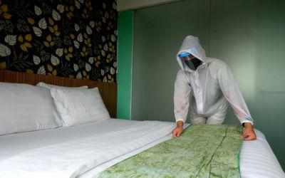Pekerja dengan menggunakan Alat Pelindung Diri (APD) beraktivitas di The Green Hotel, Bekasi, Jawa B...