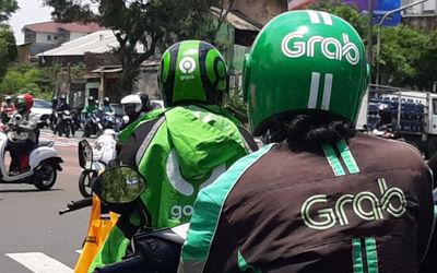 Driver ojek daring GrabBike dan Gojek berhenti dipersimpangan jalan kawasan Kebun Jeruk, Jakarta, Se...