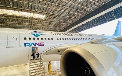 Maskapai penerbangan pelat merah PT Garuda Indonesia (Persero) Tbk menggadeng Youtuber Raffi Ahmad d...