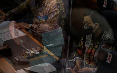 Menteri Keuangan, Sri Mulyani Indrawati (kanan) mengikuti rapat kerja dengan Badan Anggaran DPR di k...