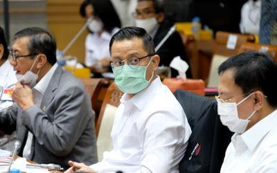 Menteri Hukum dan Hak Asasi Manusia, Yasonna Laoly (kiri), Menteri Sosial, Juliari P. Batubara (teng...