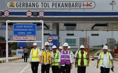 Presiden Jokowi saat meninjau proyek Tol Pekanbaru-Dumai / Pu.go.id\n