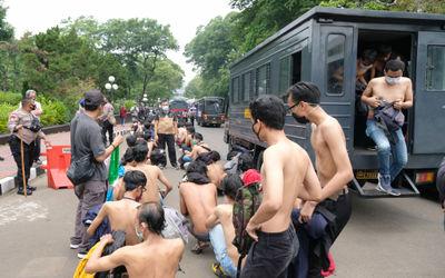 Ratusan remaja diamankan aparat kepolisian di lapangan komplek Parlemen, Senayan, Jakarta, Kamis, 8 ...