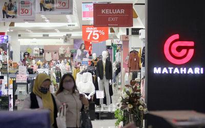 Suasana pengunjung berbenja di Matahari Departement Store Mal WTC, Serpong, Tangerang Selatan, Bante...