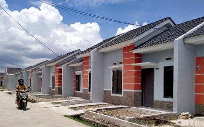 Warga berkativitas di perumahan bersubsidi kawasan Kecamatan Mauk Kabupaten Tangerang, Banten, Jumat...