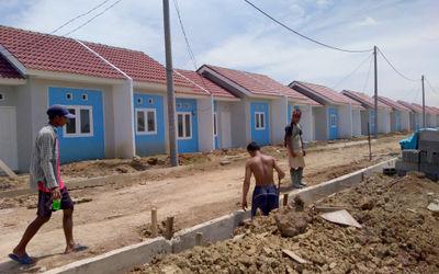 Pekerja menyelesaikan pembangunan perumahan bersubsidi kawasan Kecamatan Mauk Kabupaten Tangerang, B...