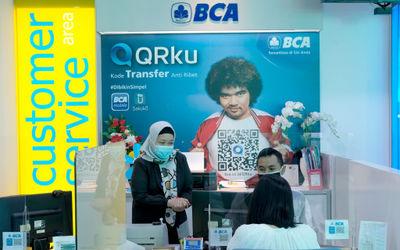 Karyawan melayani nasabah di gerai BCA Mal Gandaria City, Jakarta Selatan, Kamis, 22 Oktober 2020. F...